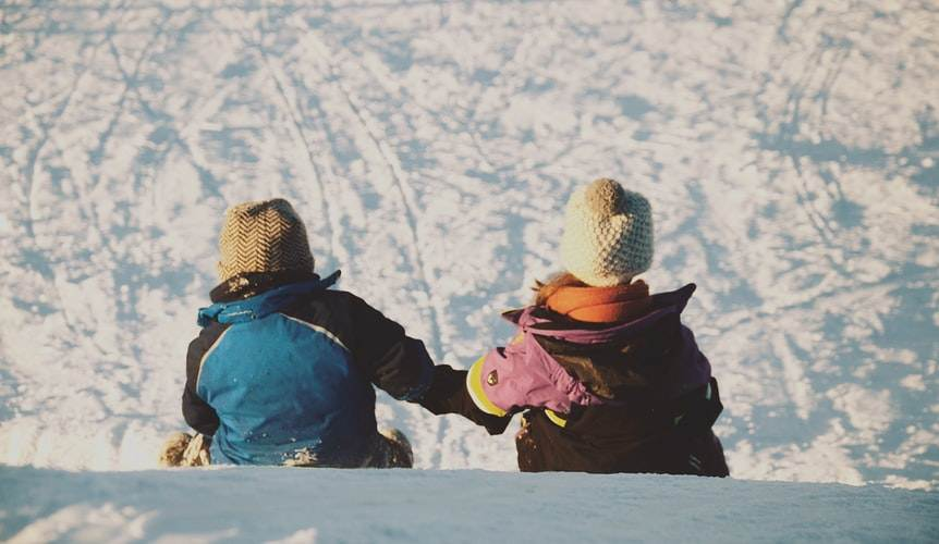 Dos hermanos sobre la nieve en el Parque Nacional de los Glaciares