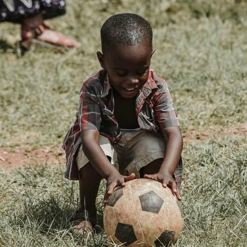 Niño jugando con una pelota