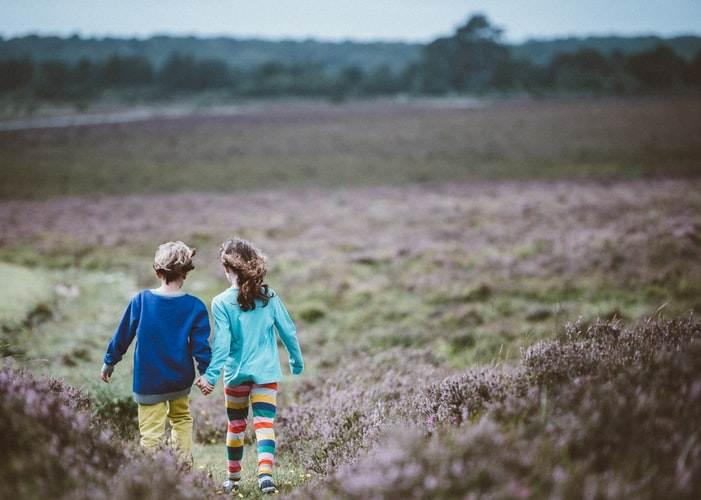 Dos hermanos paseando en la Península Valdés