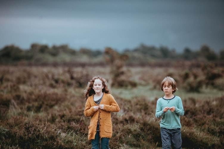 Dos niños frente a la costa en la Península de Valdés