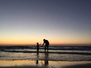 Padre e hijo en la orilla del mar