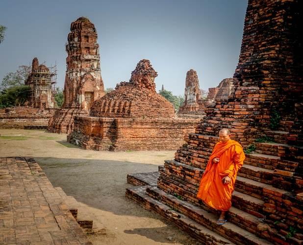 Monje en las ruinas del templo de Ayutthaya en Tailandia