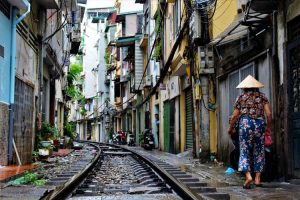 Calle de Hanoi con vías del tren
