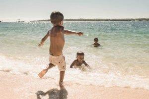 Niños bañándose en la playa