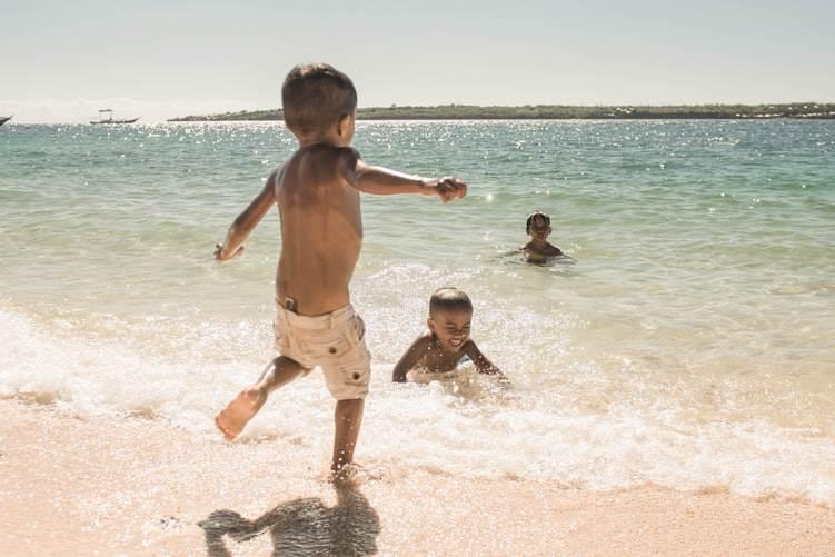 Niños jugando en la orilla de la playa