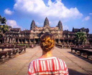 Mujer viendo ANkor Wat