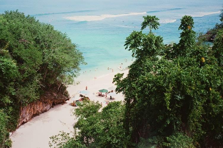 Playa rodeada de selva en Bali