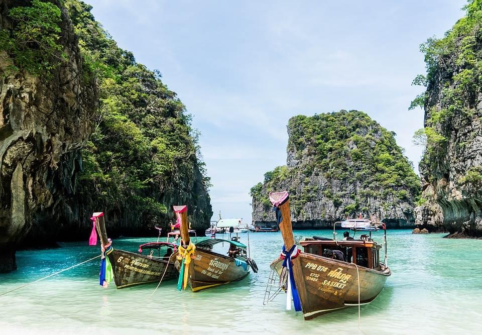 Barcas tradicionales tailandesas en una playa de Phuket