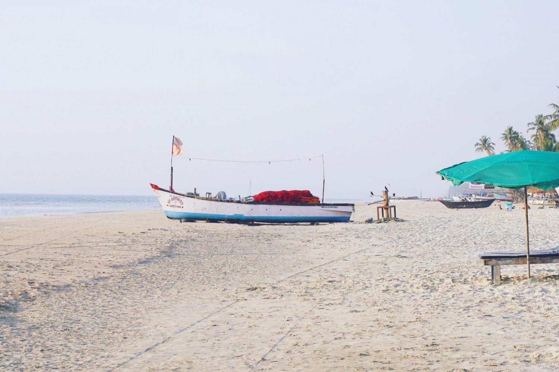 Barca sobre una playa de arena blanca en Goa