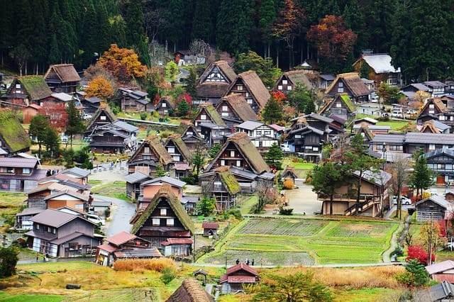 paisaje de Japón con casas preciosas en un prado verde