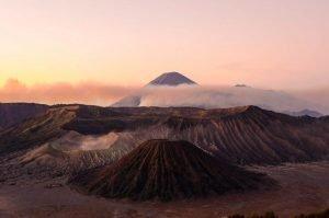 Panorámica de un atardecer frente al Volcán Bromo