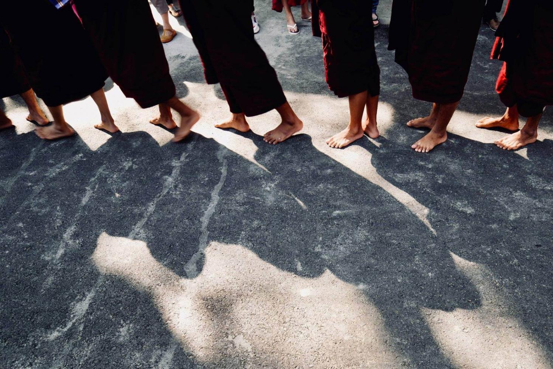 Jóvenes budistas en un templo de Birmania