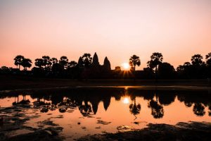 Atardecer con las ruinas de Angkor Wat al fondo