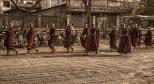 Monjes por Birmania de procesión