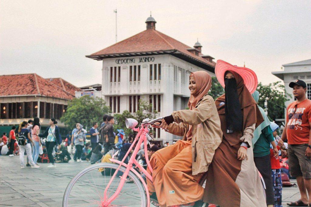 Dos mujeres sobre una bicicleta en Indonesia