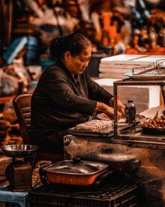 Mujer haciendo rollos vietnamitas