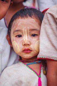 Niño en Birmania