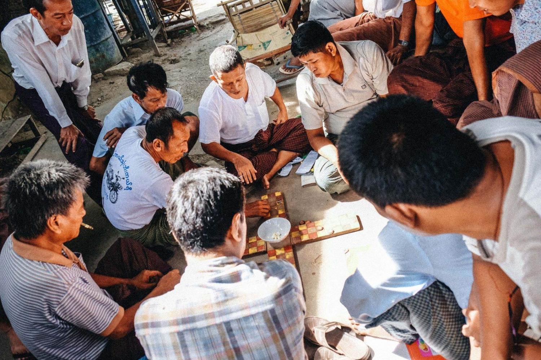 Grupo de hombres jugando a un juego tradicional