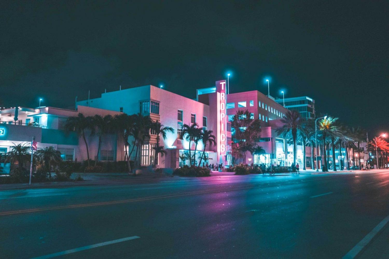 calle de miami por la noche iluminada