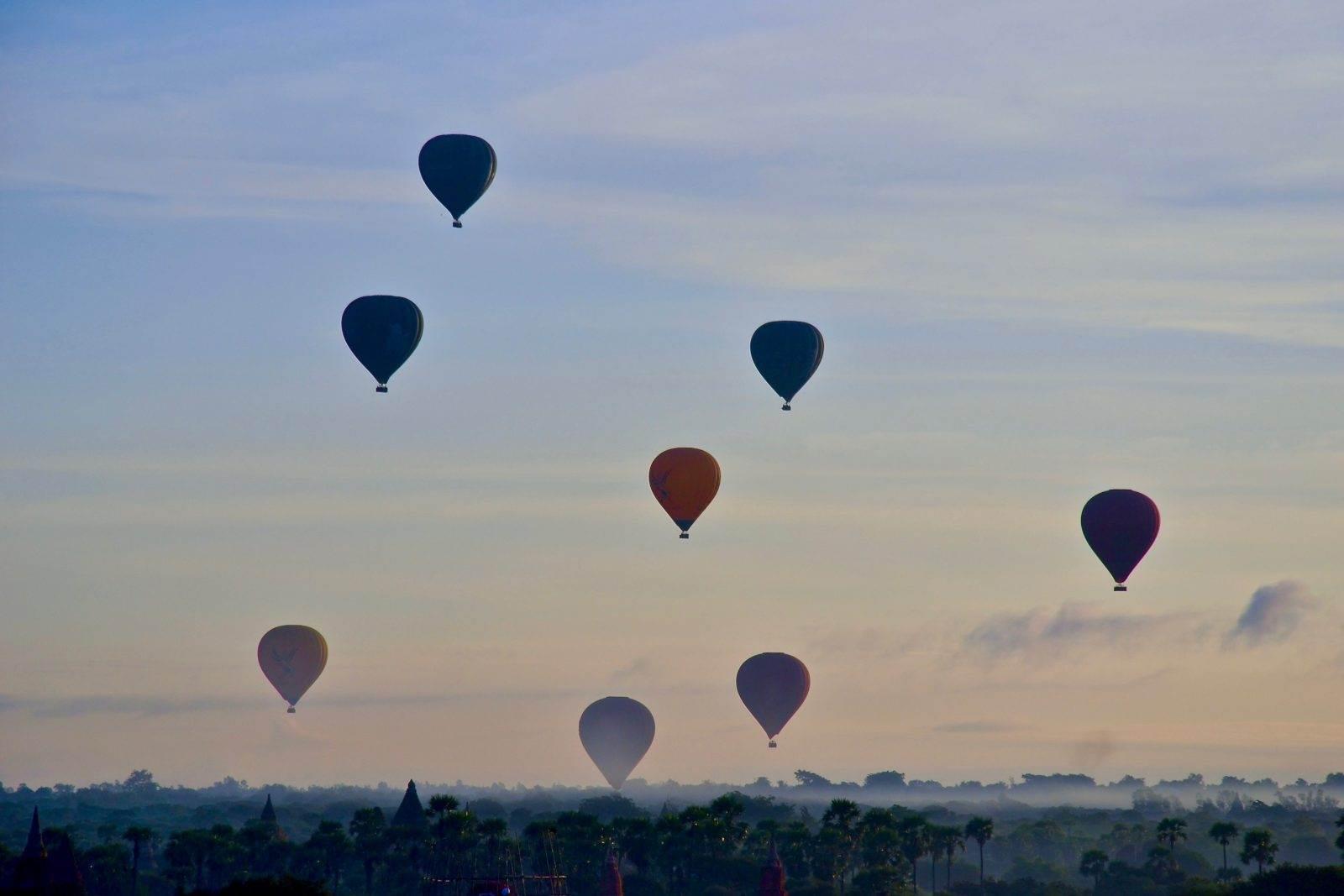 Atardecer con globos aerostáticos el Templo de Ananda