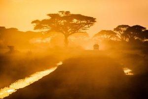 Atardecer en una carretera dentro de la Reserva Masai Mara