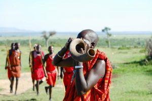 Masai tocando un cuerno