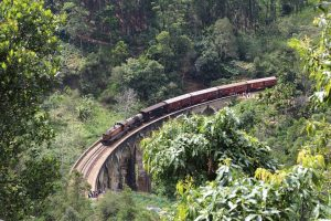 Tren cruzando un puente en Sri Lanka