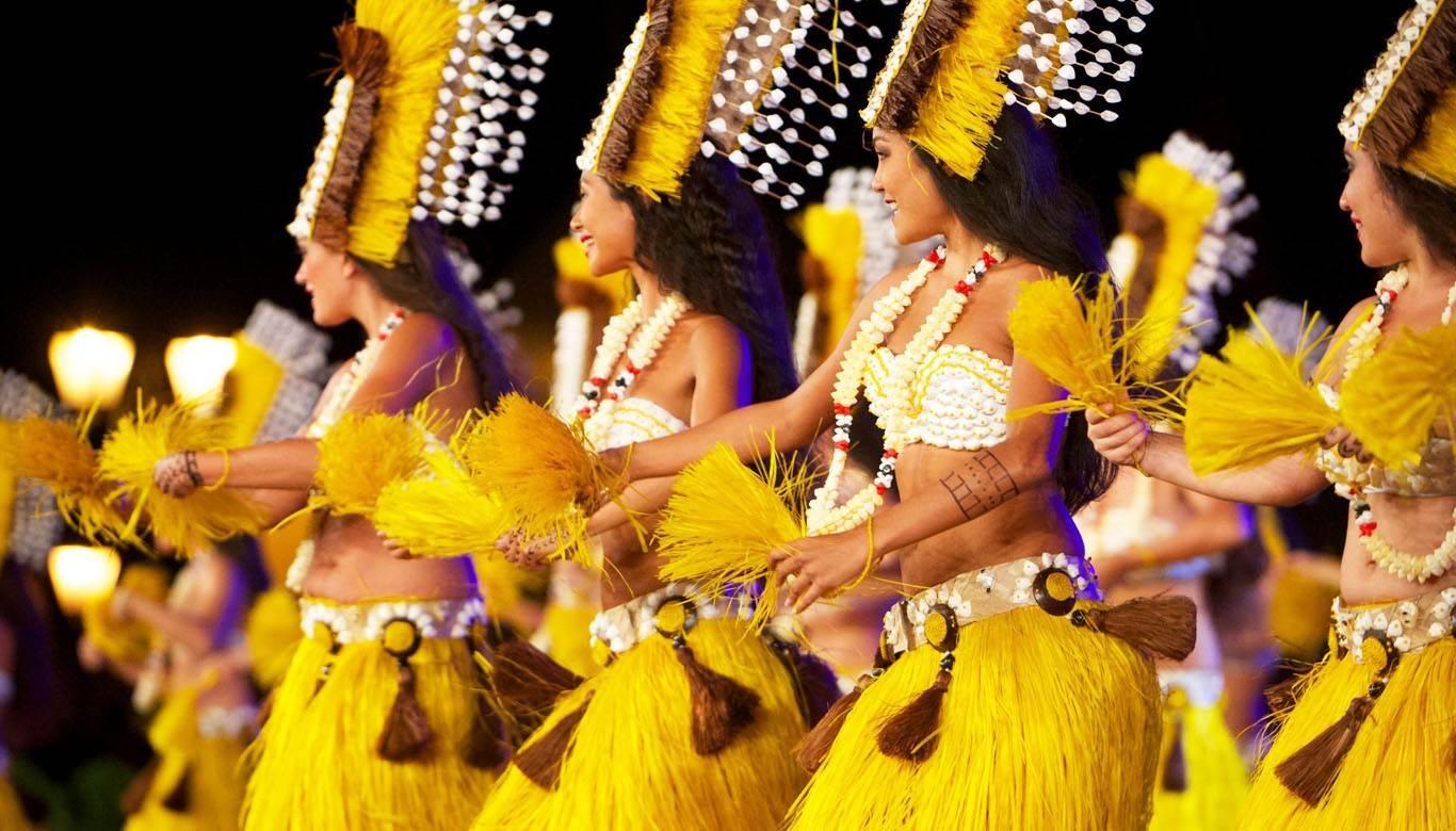 Chicas bailando la danza tradicional de Tahiti