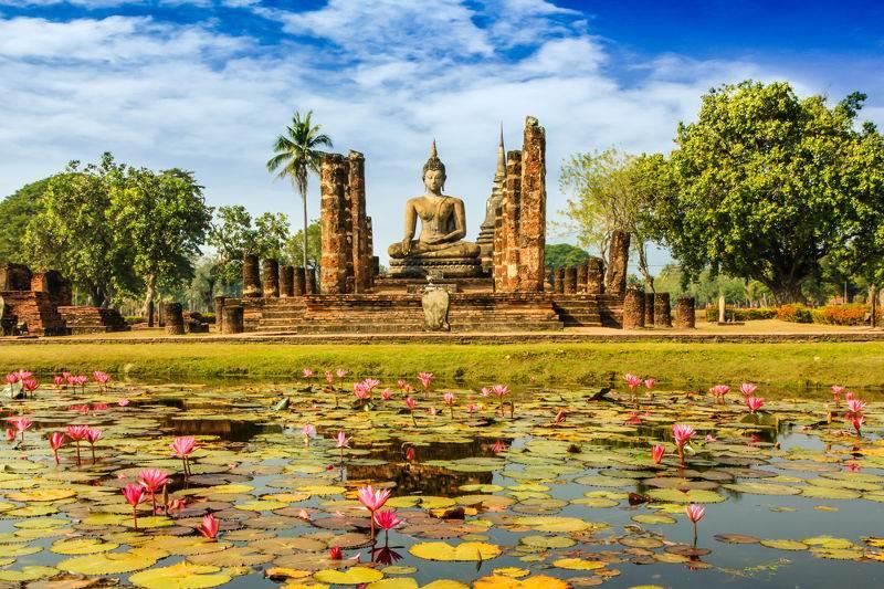 templo rodeado de flores en tailandia