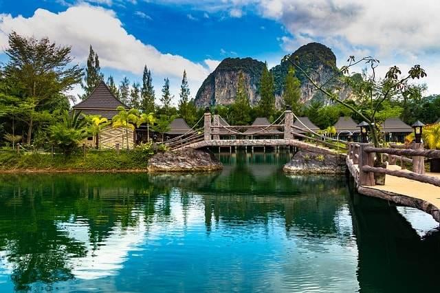 Hotel de lujo en Tailandia junto a un río