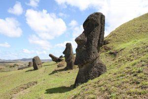 Estatuas en una colina de la Isla de Pascua, Chile