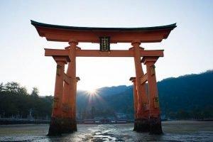 Torii de itsukushima al atardecer
