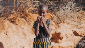 Niño masai sonriendo