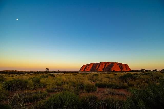 Vista de Ayers Rock (Uluru) al atardecer