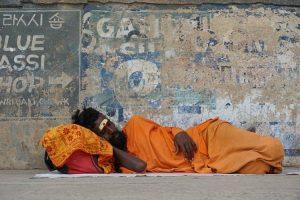 Hombre hindú acostado en la calle