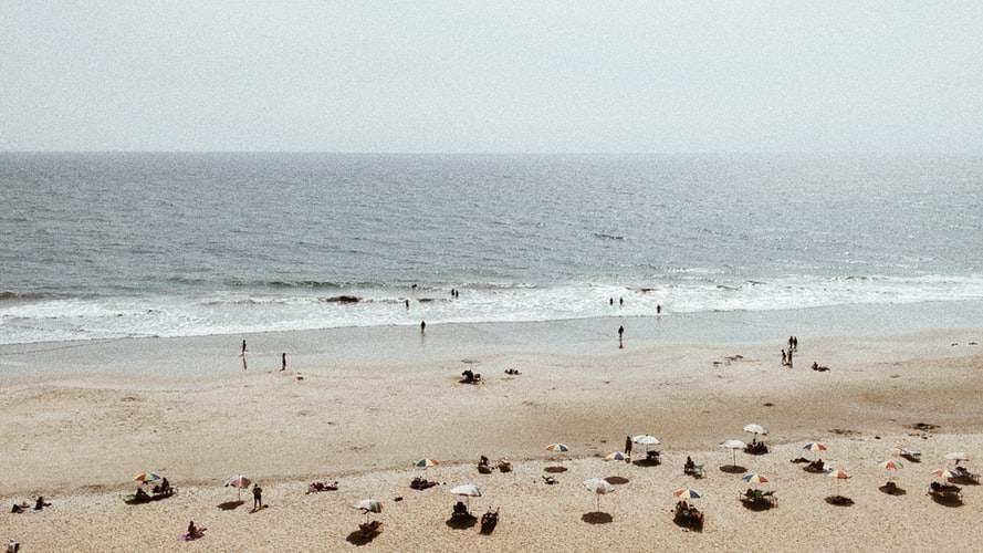 Bañistas en Varkala Beach