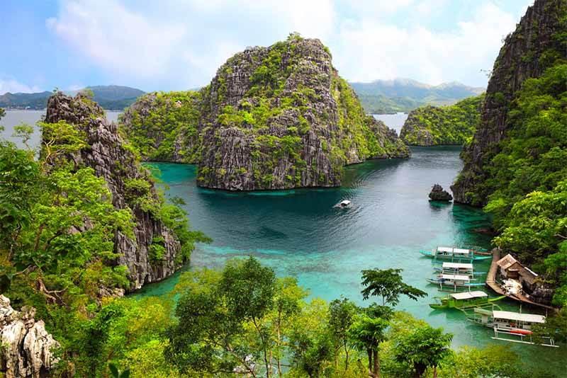 paisaje de filipinas rocas verdes y mar