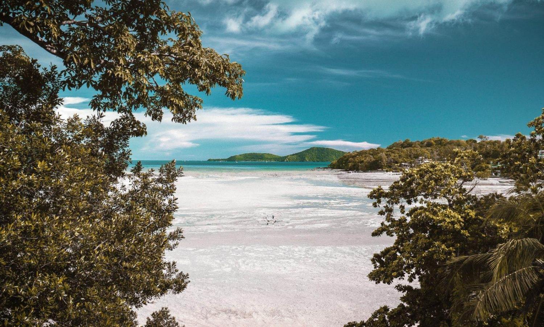 Playa de arena blanca en la Polinesia Francesa